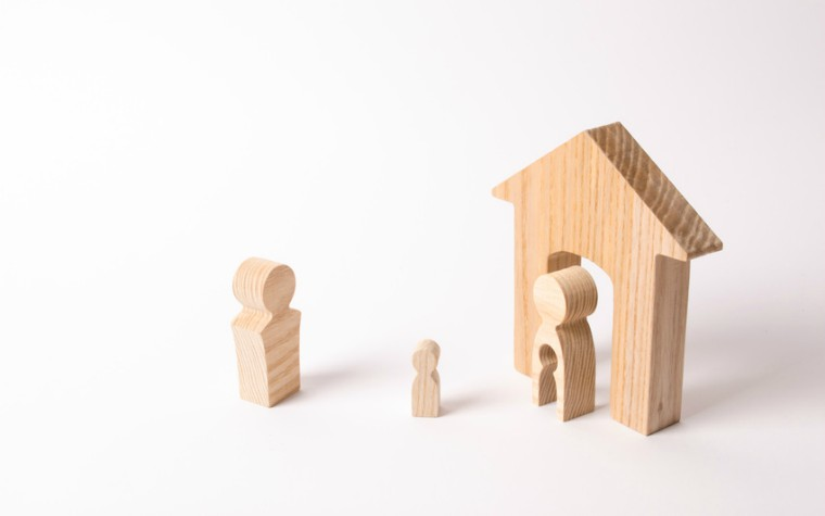 description_of_image_used_in_parental_alienation_podcast_wooden_figures_of_parent_and_child_fotolia_Андрей-Яланский