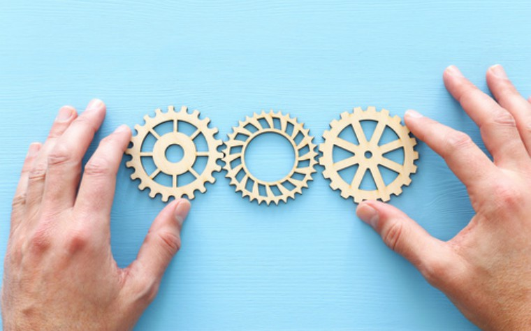 hands positioning cogs - practice system fotolia_244530609