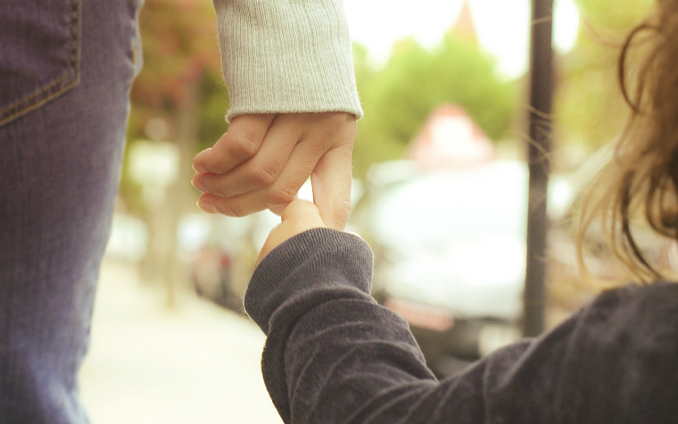 description_of_image_used_in_attachment_theory_terms_and_definitions_child_holding_mothers_hand