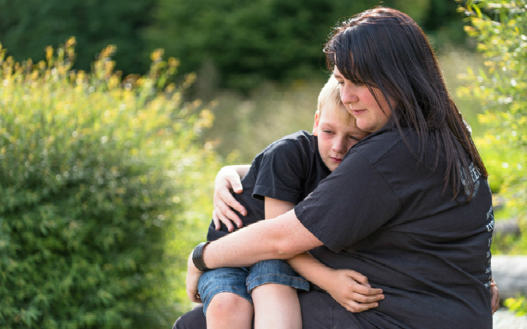 Description_of_image_used_in_quick_guide_contact_in_foster_care_mother_hugging_child