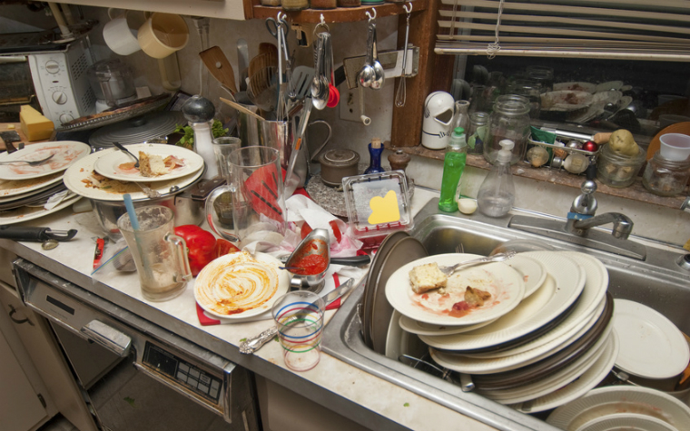 Description_of_image_used_in_self-neglect_article_dirty_dishes_in_sink