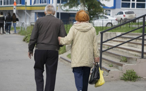 description_of_image_used_in_safeguarding_adults_piece_elderly_couple-walking_down_street_fotolia_baon.jpg