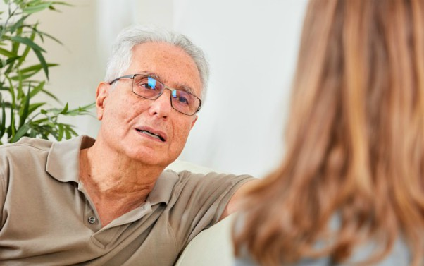 description_of_image_used_in_quick_guide_to_questions_older_man_talking_to_social_work_fotolia_Kurhan 600