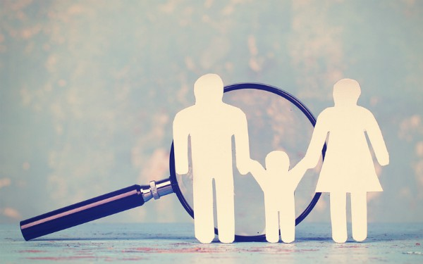 description-of-image-used-in-child-contact-piece-family-unde-magnifying-glass-fotolia-jenny-sturm