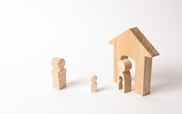 description_of_image_used_in_parental_alienation_article_wooden_figures_of_child_and_parents_fotolia_Андрей_Яланский