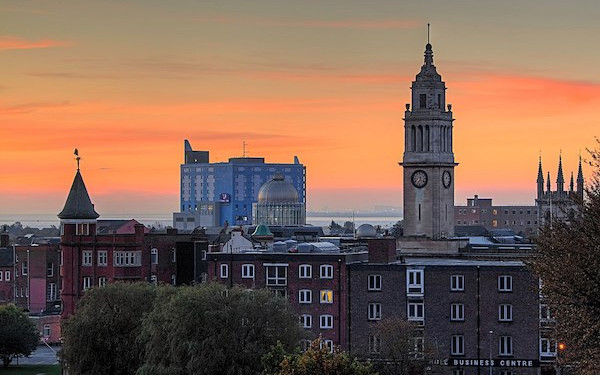 Skyline view of Hull Guildhall (credit: Paul Lakin / Wikimedia Commons)